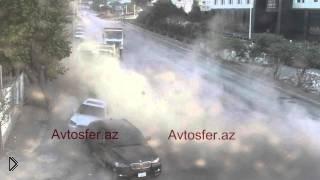 Смотреть онлайн Грузовой автомобиль неожиданно врезается в автобус
