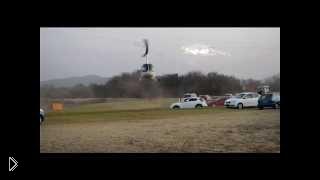 Смотреть онлайн Вертолет порвал пропеллером электрические линии