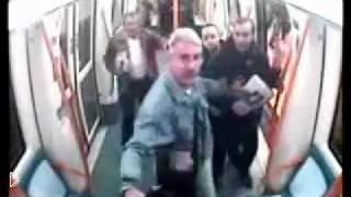Смотреть онлайн Один парень с ножом дерется против толпы