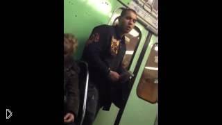 Смотреть онлайн Парень шустро ограбил девушку в метро