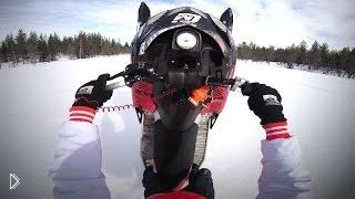 Смотреть онлайн Снегоход переплыл огромную проталину на реке