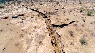 Смотреть онлайн Земля расколола дорогу в Мексике напополам