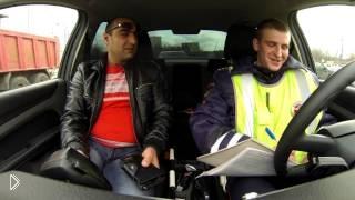 Смотреть онлайн Смешной разговор сотрудника ГИБДД и нарушителя