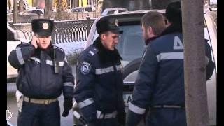 Смотреть онлайн Пьяный священник спорит с киевскими сотрудниками ГАИ