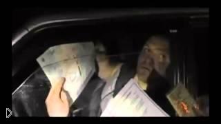 Смотреть онлайн Злой гаишник разбивает автомобильное стекло рукой