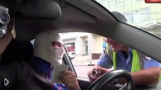 Смотреть онлайн Мумия за рулем прикалывается над инспектором ДПС