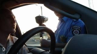 Смотреть онлайн Наглый тупой гаишник и подкованный водитель