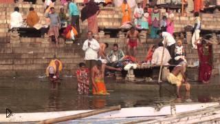 Смотреть онлайн Как происходит омовение индусов в священной реке Ганг