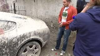Смотреть онлайн Автомобиль Бентли облили бетоном