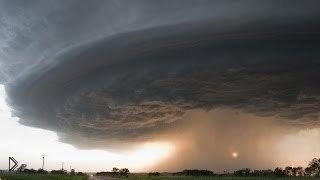 Смотреть онлайн Разрушительное торнадо снятое очевидцами