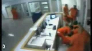 Смотреть онлайн Тюремные заключенные спасли полицейского