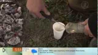 Смотреть онлайн Как на костре закипятить воду в пластиковой бутылке