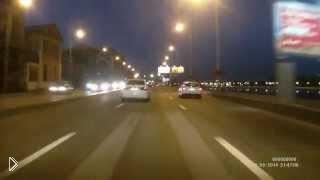 Смотреть онлайн Агрессивная девушка избивает водителя на дороге