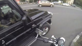 Смотреть онлайн Девушка на мотоцикле борется за чистоту