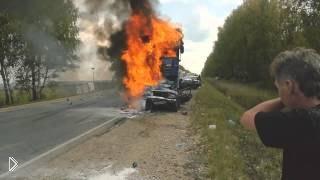 Смотреть онлайн Живого человека не смогли спасти из горящей машины
