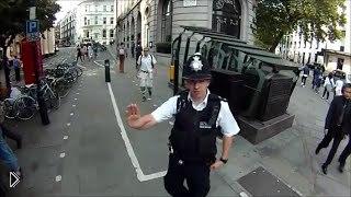 Смотреть онлайн Полицейский ошибочно остановил велосипедиста