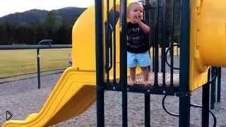 Смотреть онлайн Прикольный малыш упал на детской площадке