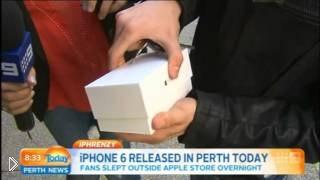 Смотреть онлайн Первый покупатель уронил новенький iPhone 6