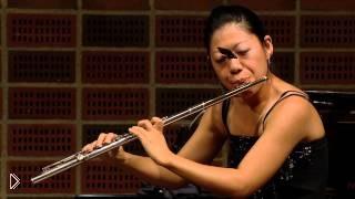 Смотреть онлайн Бабочка села на лицо девушке во время игры на флейте