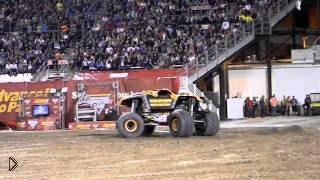 Смотреть онлайн Сумасшедший гонщик авто на огромных колесах