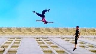 Смотреть онлайн Невероятный вальс в воздухе на стене здания