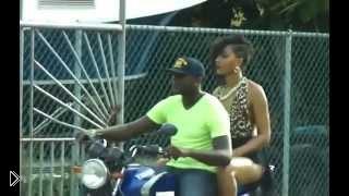 Смотреть онлайн Огромная девушка пытается залезть на мотоцикл