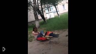 Смотреть онлайн Подростки сломали детские качели