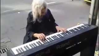 Бабушка шикарно играет на пианино на улице - Видео онлайн
