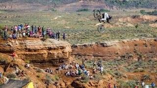 Смотреть онлайн Экстремальный спуск на велосипеде с вершины горы