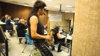 Смотреть онлайн Парень играет на саксофоне в неожиданных местах