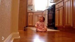 Смотреть онлайн Маленькая дочурка безмерно радуется приходу папы