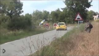 Смотреть онлайн Участником автомобильной гонки случайно стал заяц