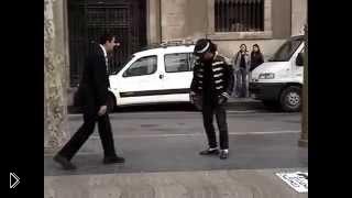 Смотреть онлайн Простой парень соревнуется в танцах с М. Джексоном