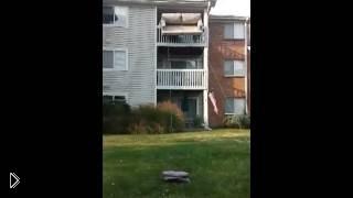 Смотреть онлайн Как безопасно спустить диван с балкона