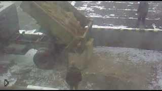 Смотреть онлайн Солдаты грузят песок в контейнеры