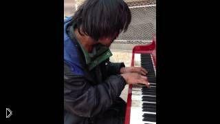 Смотреть онлайн Бездомный человек шикарно играет на пианино