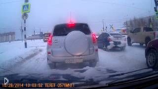 Смотреть онлайн ПАЗик скользит по заснеженной дороге