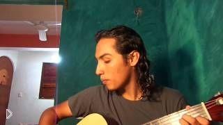 Смотреть онлайн Мексиканец исполняет песню