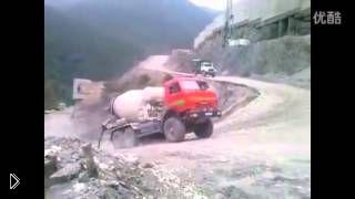 Смотреть онлайн Грузовик поднимается на крутую гору на задних колесах