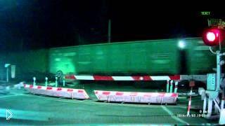 Смотреть онлайн Поезд раздавил людей на переезде