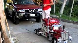 Смотреть онлайн Мощная игрушка тянет автомобиль на тросе