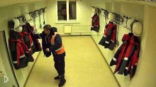 Смотреть онлайн Воришка в мужском коллективе обчистил куртки