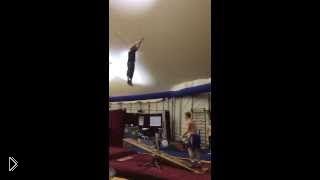 Смотреть онлайн Впечатляющая тренировка двух циркачей на качелях