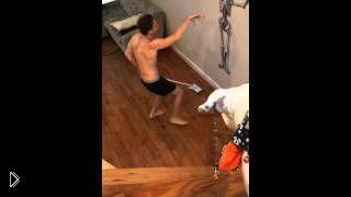 Смотреть онлайн Гибкий парень танцует со шваброй пока моет полы