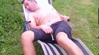 Смотреть онлайн Родственники подшутили над спящим мужчиной