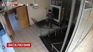 Смотреть онлайн Сотруднице кафе придавил голову грузовой лифт