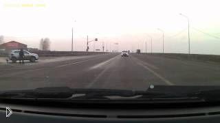 Случайный человек чуть не пострадал в жуткой аварии - Видео онлайн