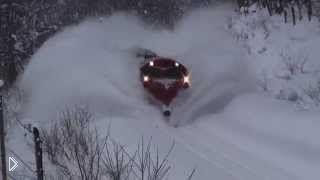 Смотреть онлайн Подборка: поезда чистят дорогу от снега