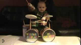 Смотреть онлайн Милейший малыш играет на музыкальных барабанах