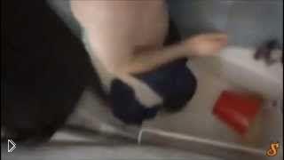 Смотреть онлайн Кот во время водных процедур расцарапал хозяина